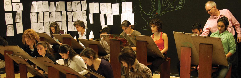 abancı Üniversitesi görsel sanatlar öğrencileri atölye çalışması yapıyor.