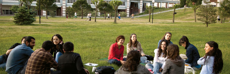 Kültürel Çalışmalar öğrencileri Sabancı Üniversitesi Tuzla Kampüsü bahçesinde açık havada grup çalışması yapıyor.