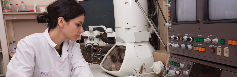 Nano Mühendislik öğrencisi Sabancı Üniversitesi laboratuvarında çalışıyor.