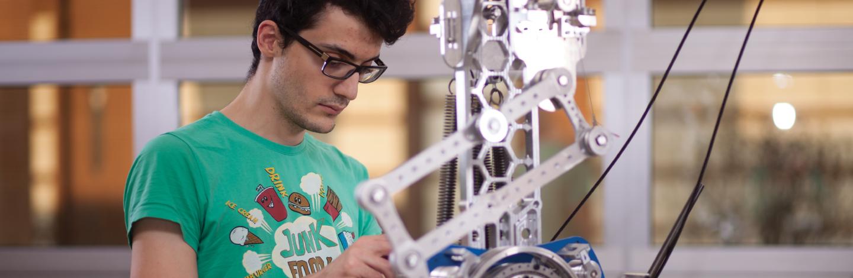 mekatronik öğrencisi mekatronik mühendisliği laboratuvarında çalışıyor.