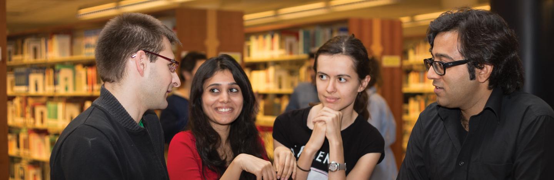 Sabancı Uluslararası Çalışmalar öğrencileri kütüphanede.